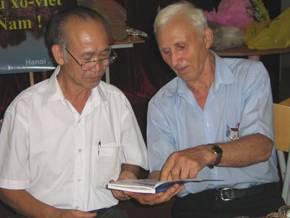 Вьетнамские и российский ветераны войны во Вьетнаме